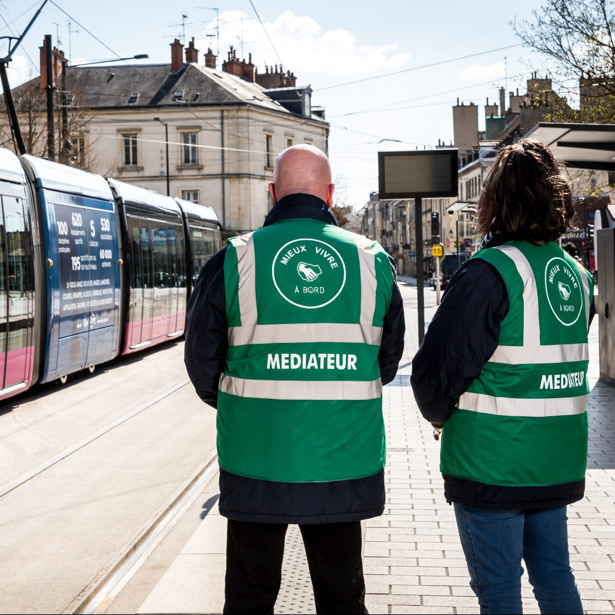 deux médiateurs sociaux transport sur le quai du tram de Dijon